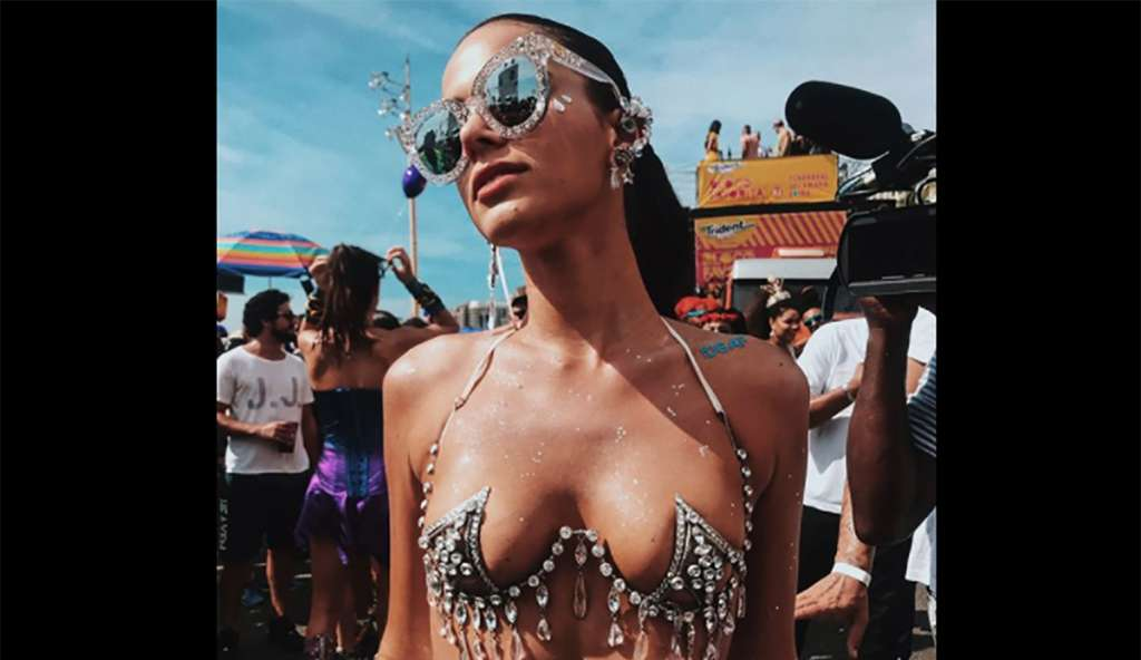 """La modelo Bruna Marquezine, novia del astro brasileño Neymar, llevaba una """"N"""" en su sensual atuendo con el que desfilo en el carnaval de Río"""