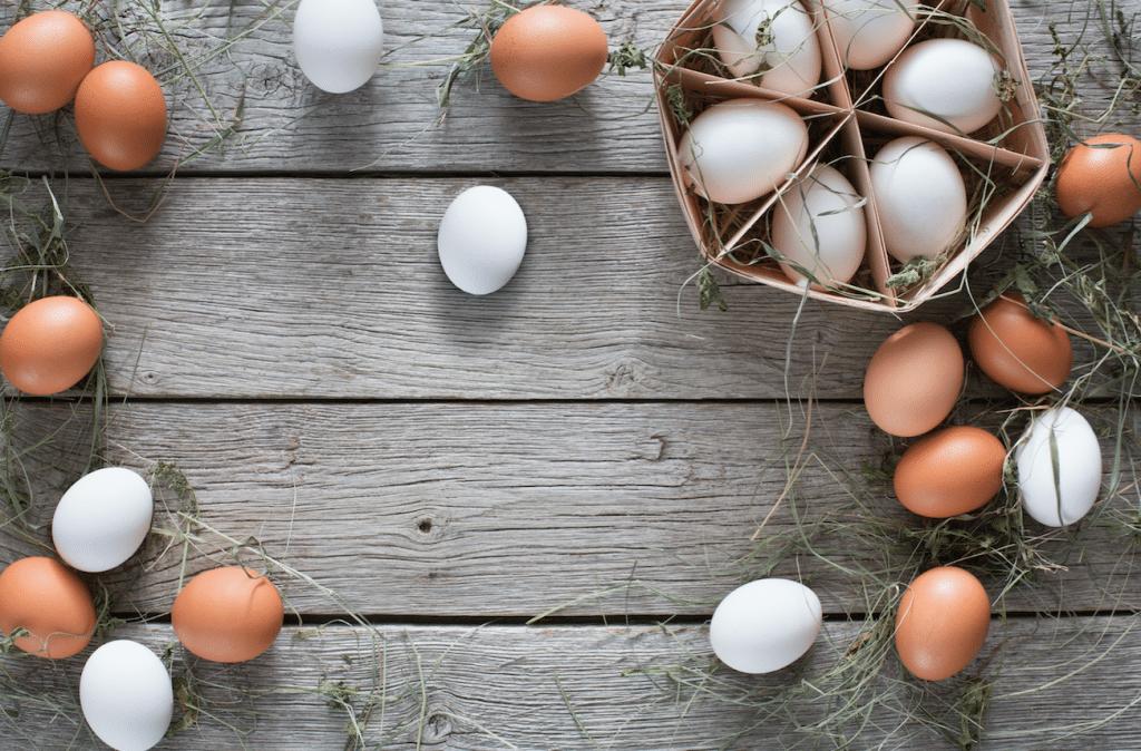 Huevos, ¿cafés o blancos?