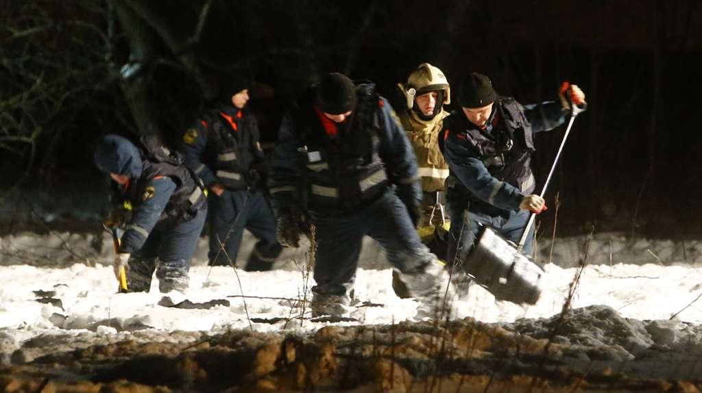 Servicios de emergencia de Rusia recuperaron la caja negra del AN-148, el avión que se estrelló con 71 personas a bordo en las afueras de Moscú