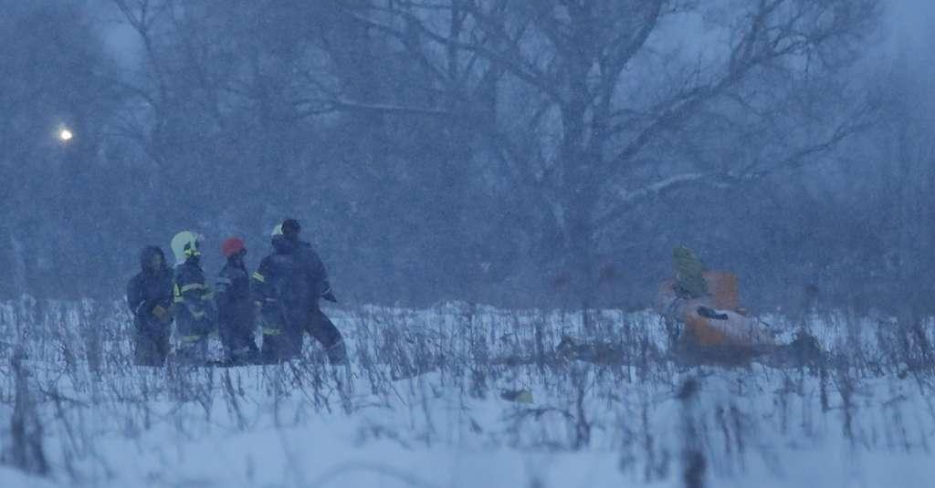 Un avión con 71 personas a bordo se estrelló en Ramensky, a unos 70 km al sureste de Moscú; la fiscalía confirmó el deceso de todos los pasajeros y la tripulación