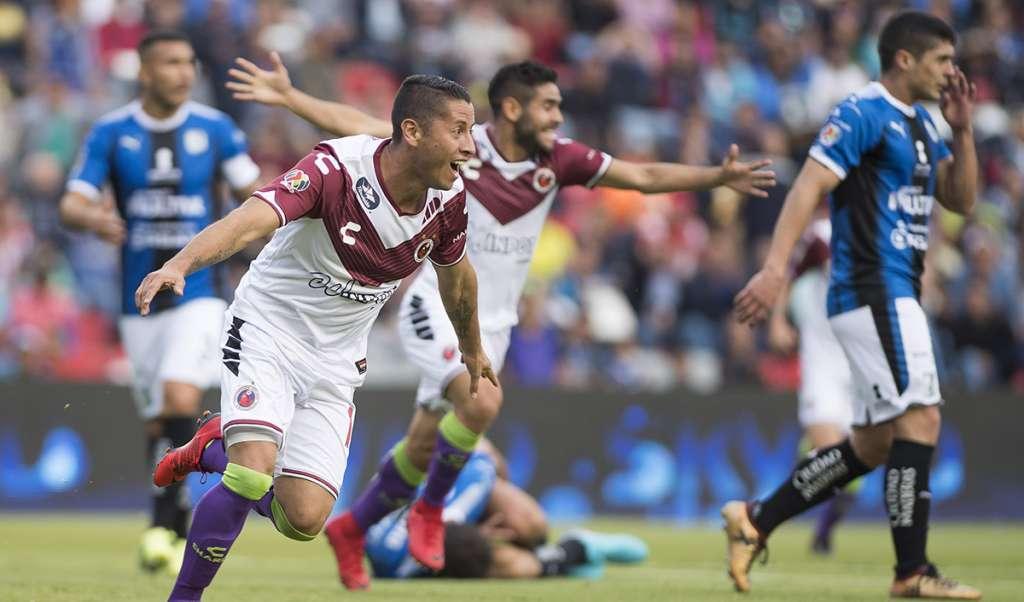 Con solitario gol de Carlos Esquivel, los Tiburones Rojos del Veracruz vencieron a domicilio a los Gallos Blancos del Querétaro, en duelo directo por el no descenso