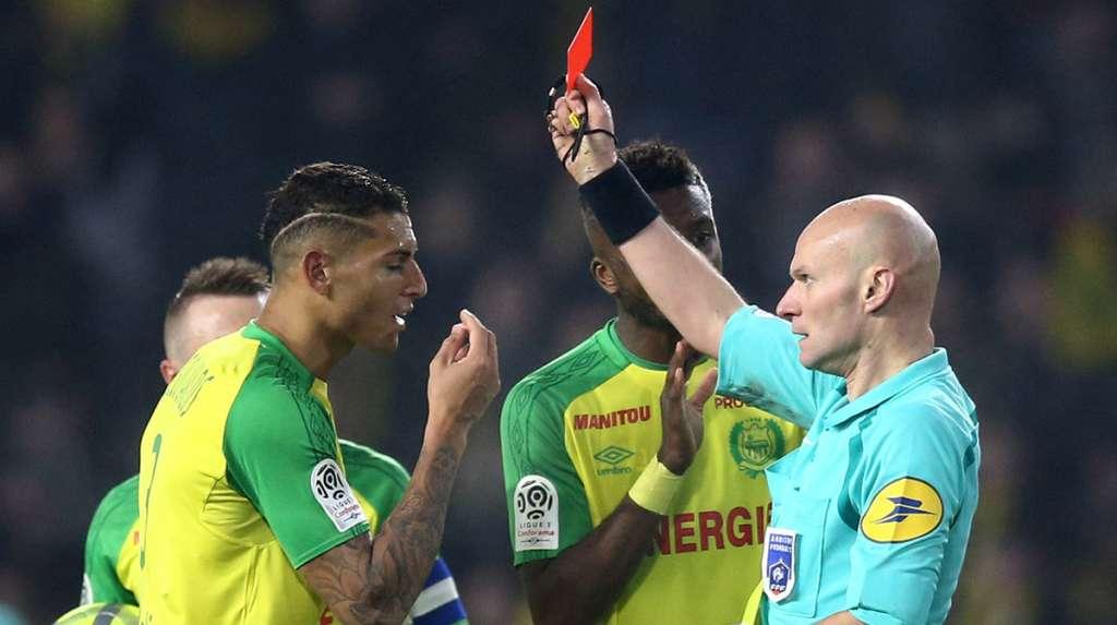 El árbitro Tony Chapron fue suspendido tres meses por patear al defensa del Nantes, Diego Carlos, antes de expulsarlo en el duelo ante el Paris Saint-Germain