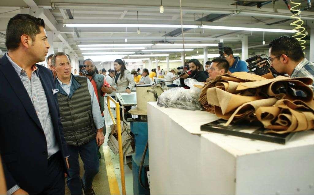 Meade visita fábrica de zapatos en León
