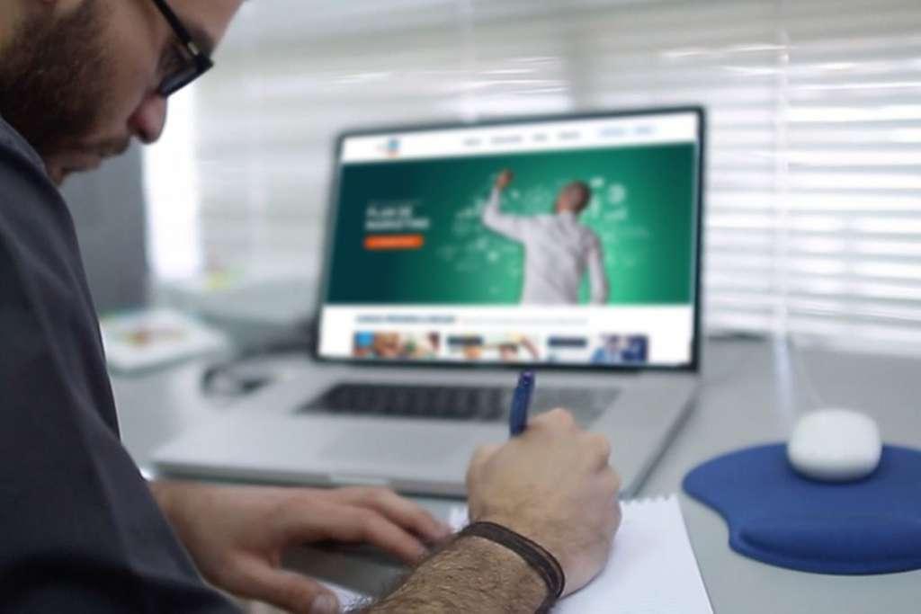 Mejores salarios, motivo para optar por educación en línea