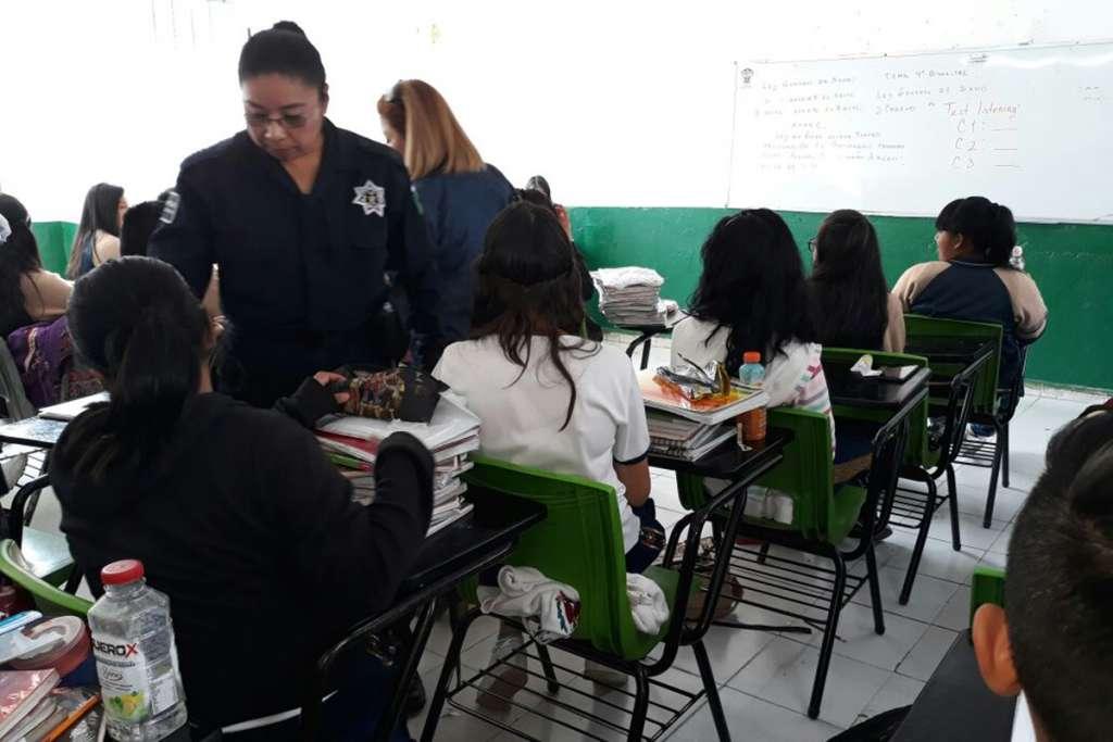 """Maquillaje, desodorantes y cortauñas, decomisos en """"Mochila Segura"""" en Atizapán"""