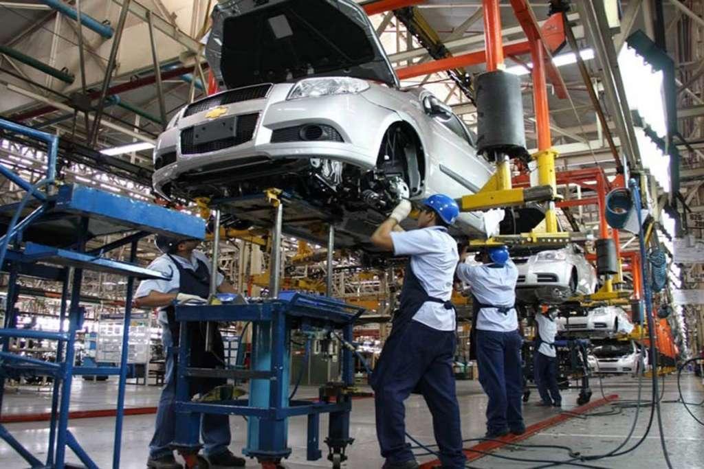Donald Trump dijo que la decisión de imponer aranceles a sus importaciones de autos se retrasaría seis meses. FOTO: ESPECIAL