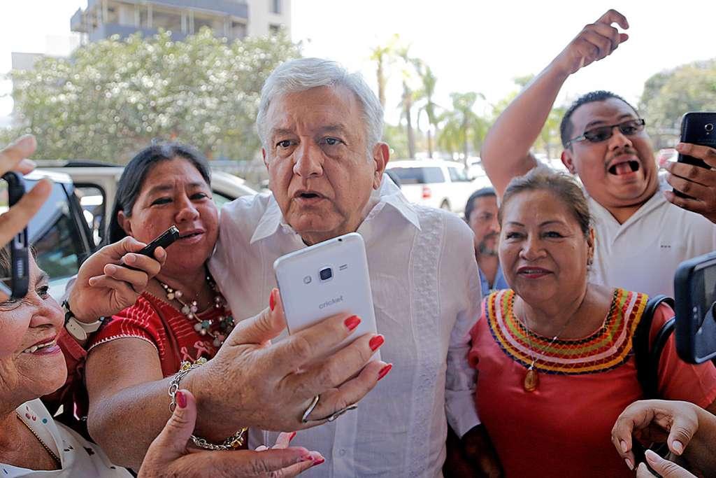 TUXTLA GUTIERREZ, CHIAPAS, 01MARZO2018.- El candidato presidencial de Morena-PT-PES, Andrés Manuel López Obrador, sostuvo una reunión a puerta cerrada con militantes de su partido.  FOTO: JACOB GARCÍA /CUARTOSCURO.COM
