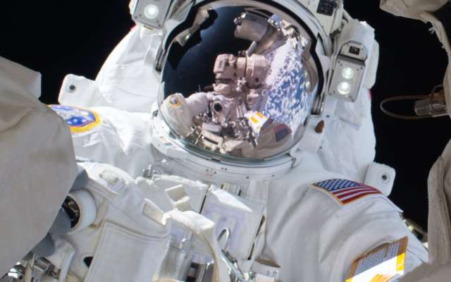 Astronautas de NASA completan caminata espacial para reparar la EEI