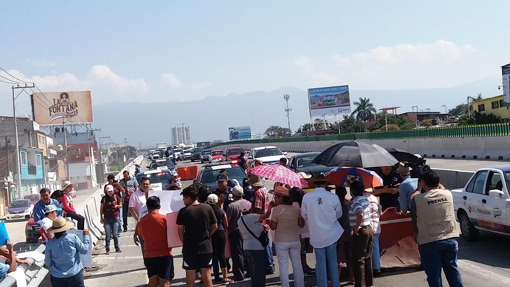 Pobladores reabren circulación en Paso Exprés
