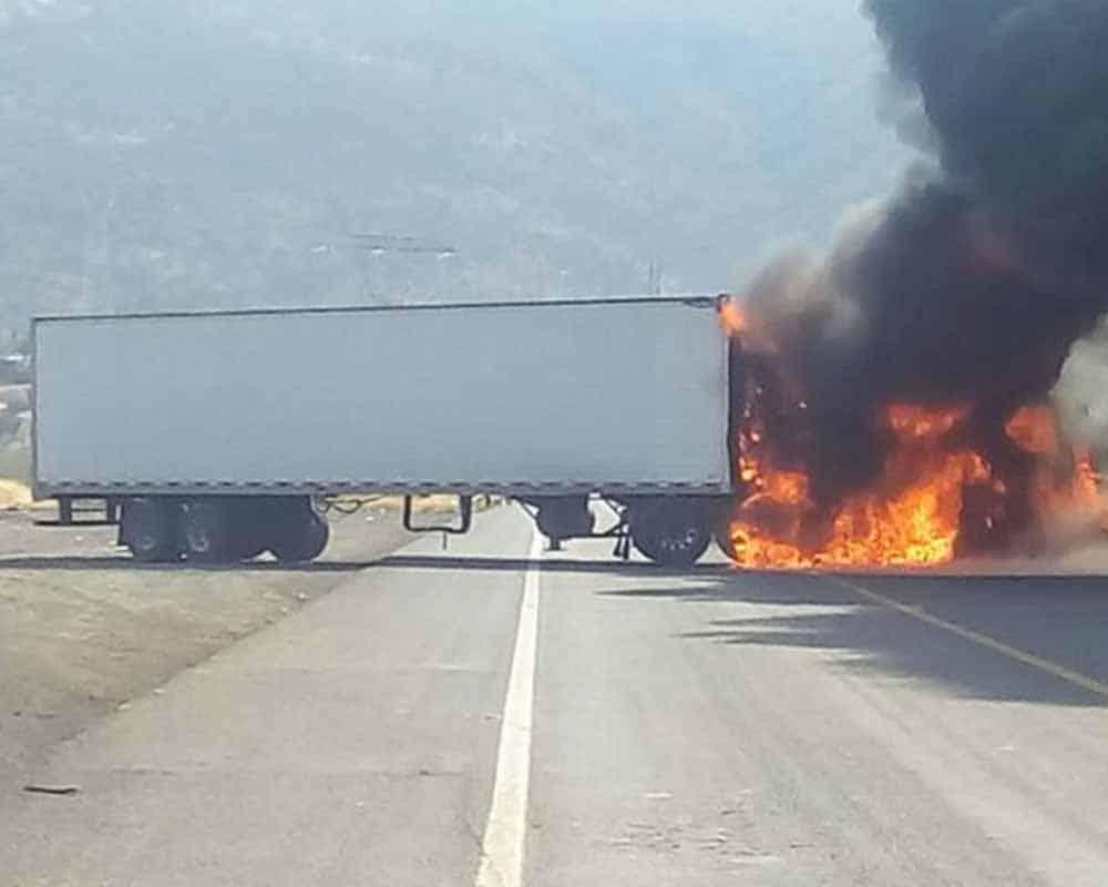 Bloquean con autos incendiados carreteras de Michoacán