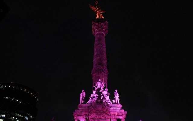 """Monumentos se """"pintan"""" de morado por Día Internacional de la Mujer en CDMX"""