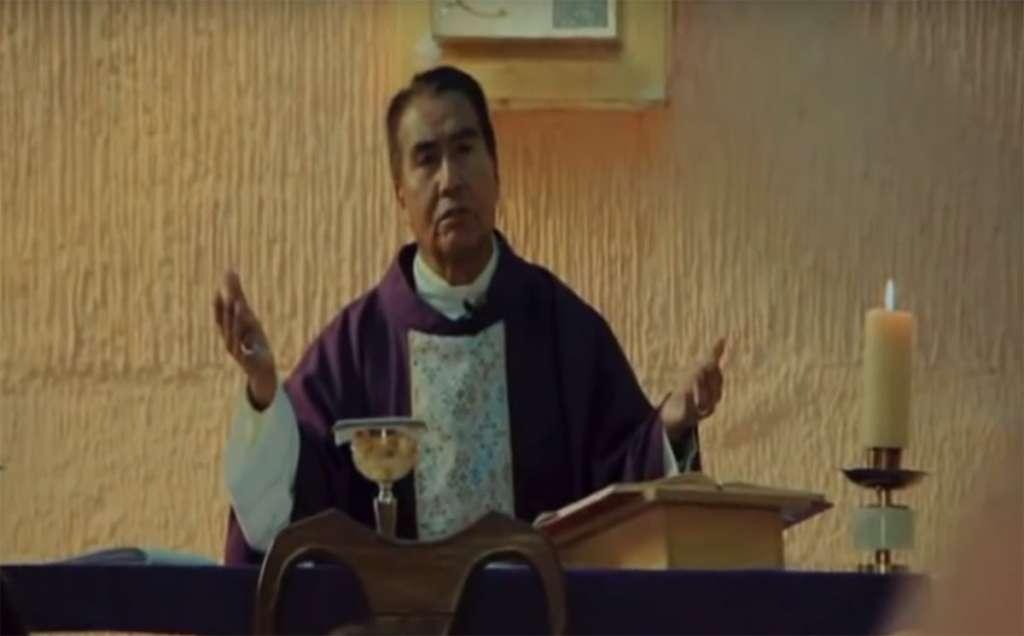 El sacerdote pederasta Carlos López Valdés aparece oficiando misa en el documental Agnus Dei, Cordero de Dios FOTO: YouTube