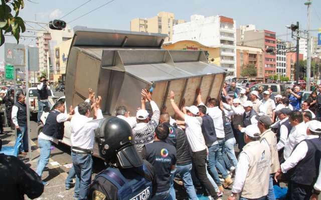 Trifulca en avenida Universidad y Eje 7 por retiro de puestos