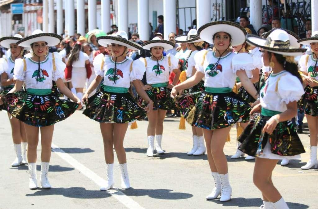 Funcionarios 'se desploman' en pleno desfile en Michoacán