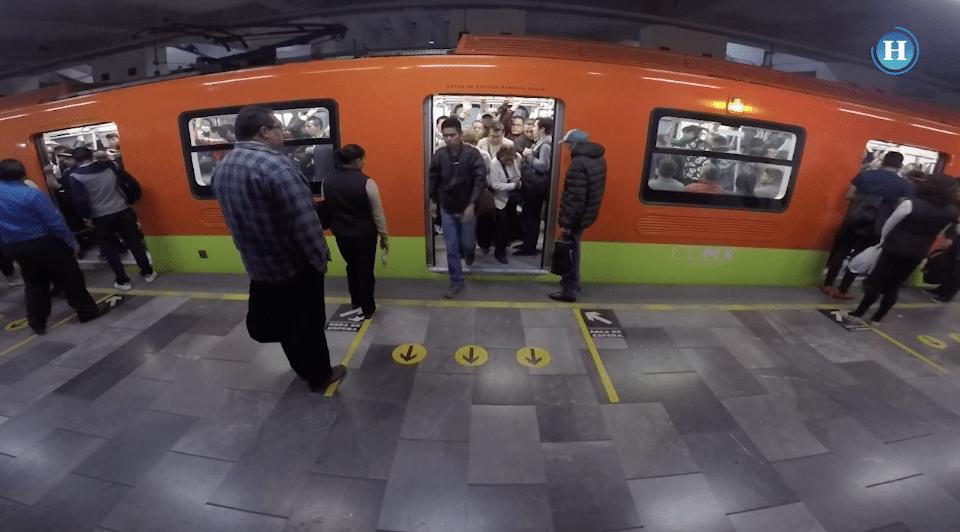 Se organizan para entrar a vagón del Metro