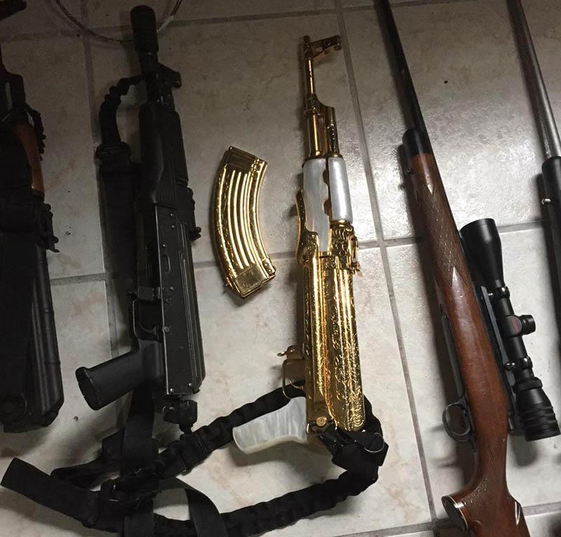 Incautan arsenal en Tamaulipas; destaca un AK-47 bañado en oro