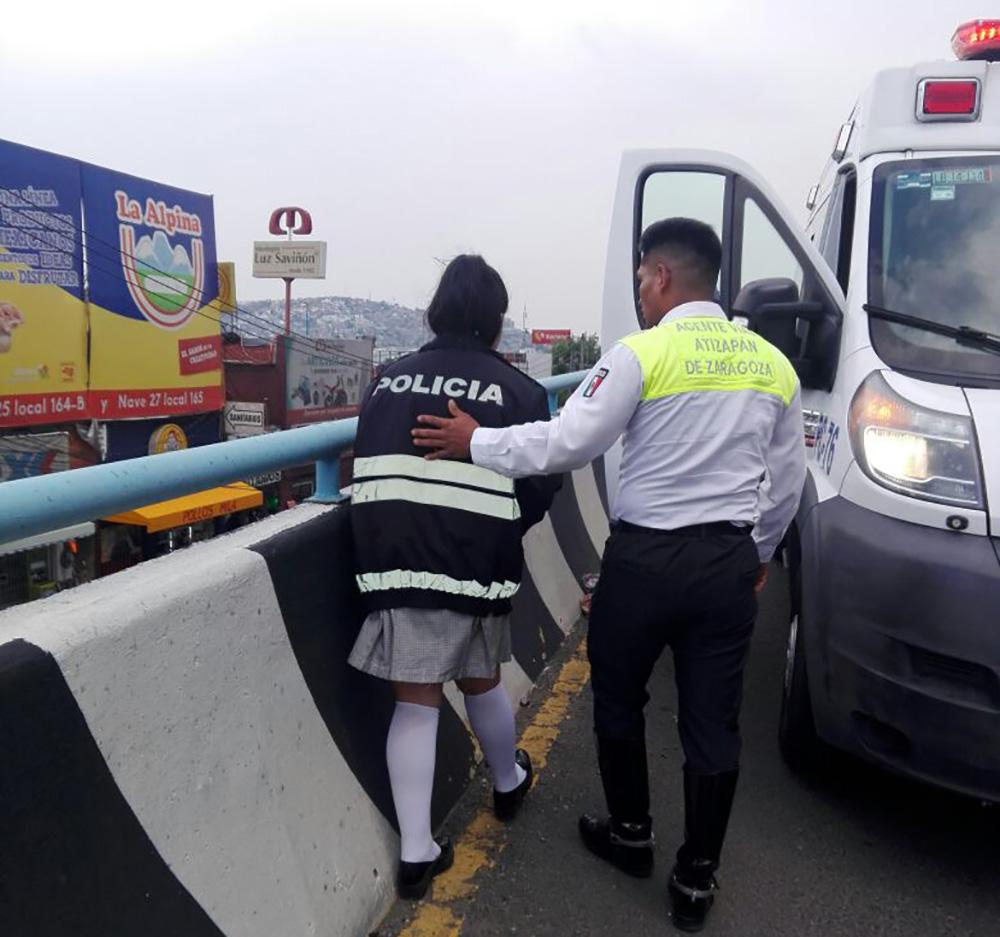 Policías evitan suicidio de una menor en Atizapán