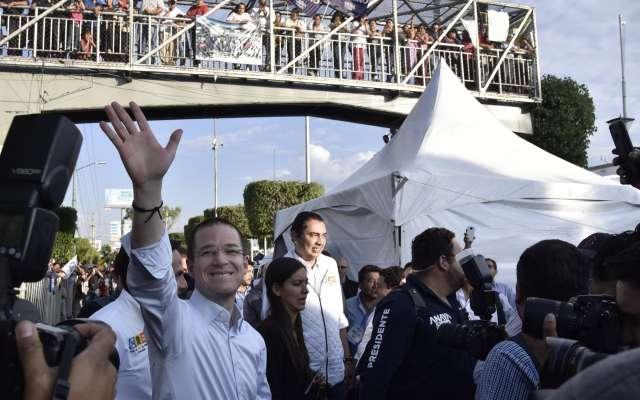 """ATIZAPÁN DE ZARAGOZA, ESTADO DE MÉXICO, 24MAYO2018.- Ricardo Anaya, candidato a la presidencia por la coalición """"Por México al Frente"""", se reunió esta noche con simpatizantes de los partidos PAN, PRD y Movimiento Ciudadano, en la explanada del Palacio Municipal de Atizapan. FOTO: MARIO JASSO /CUARTOSCURO.COM"""