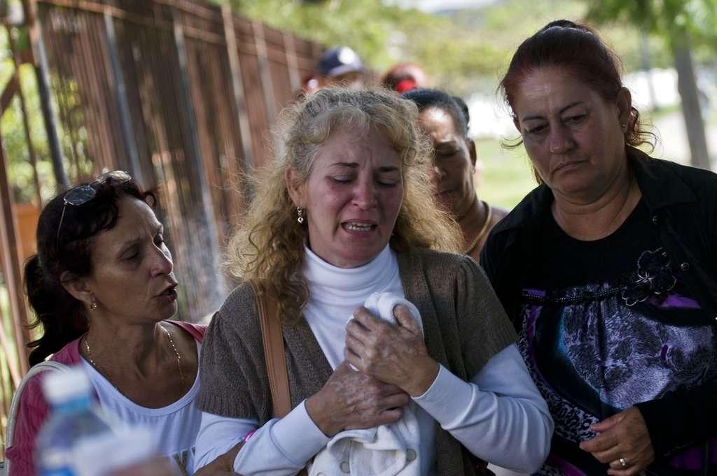 Familiares de los pasajeros del vuelo de Cubana de Aviación esperan en las instalaciones del Instituto de Medicina Legal, en La Habana Cuba, para solicitar informes