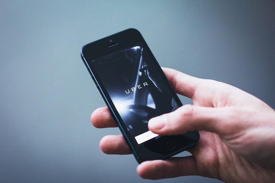 Tips para viajar seguro en Uber o Cabify