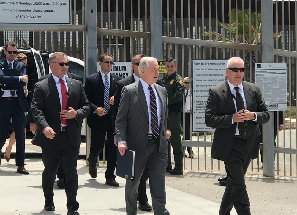 Fiscal Jeff Sessions llega a zona fronteriza