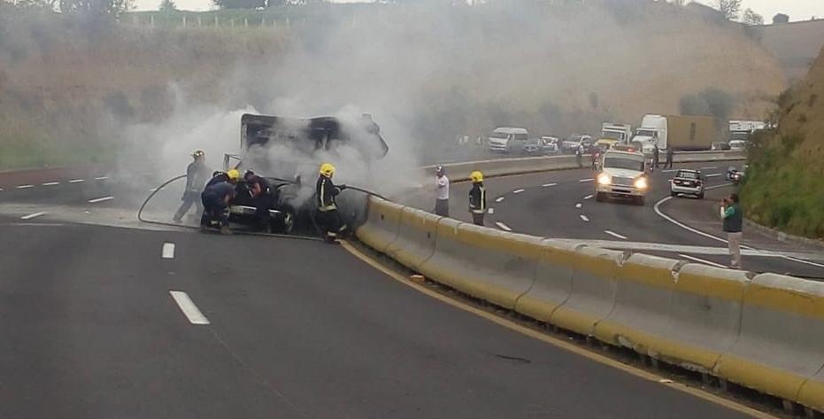 Incendio de camioneta provoca el cierre de la autopista México- Puebla