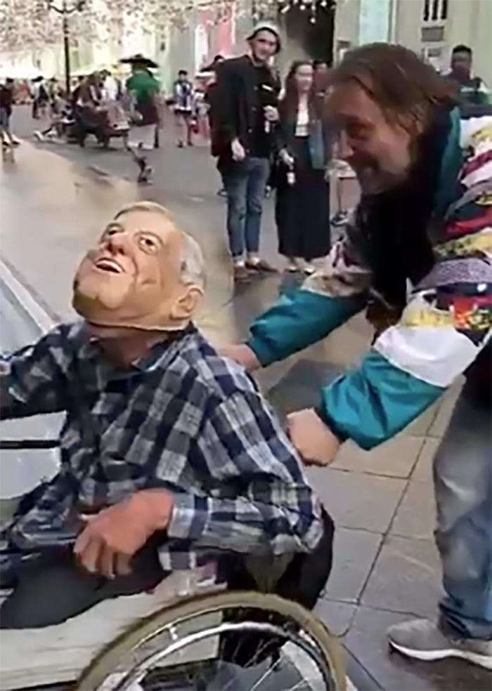 Mexicano agrede a hombre en silla de ruedas por portar máscara de AMLO