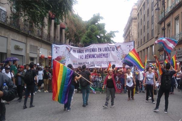 Marcha del #OrgulloGay y porra del #MéxicoVsCorea comparten calles con celebración