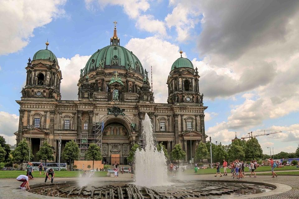 VIDEO: La policía dispara a un hombre dentro de la catedral de Berlín