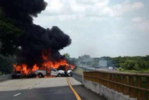 Carambola incendia al menos 6 autos en Veracruz; hay 5 muertos