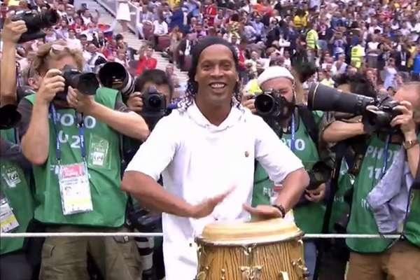 Ronaldinho se lleva los reflectores en la clausura de #Rusia2018