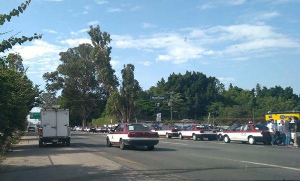 Taxistas bloquean Supercarretera en Nochixtlán