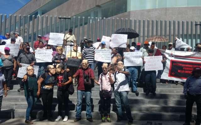 Morelenses enmascarados lanzan huevos a sede del Congreso