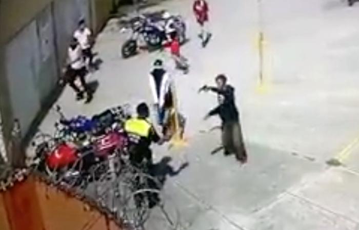 Video. Sujetos armados amagan y desarman a policía en Zumpango