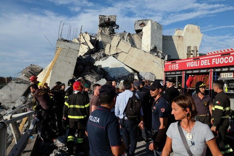 Socorristas buscaron sin descanso sobrevivientes entre los escombros del puente. FOTO: AFP