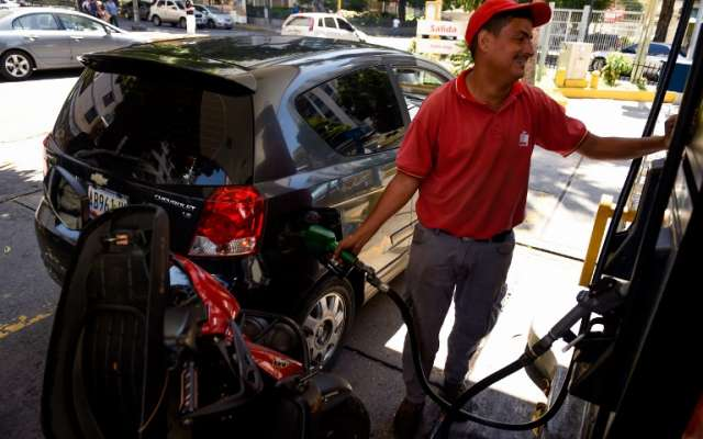La gasolina de Venezuela, la más barata del mundo, es un tema muy sensible desde 1989. FOTO: AFP