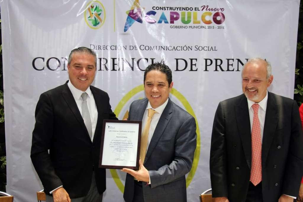 El documento se otorgó en la Ciudad de México al alcalde de Acapulco. FOTO: ESPECIAL