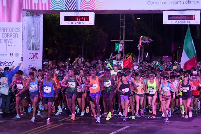 En los primeros minutos después del amanecer, el paso de los atletas élite por la ruta abrió una estela de ovaciones durante más de cinco horas por todo el recorrido