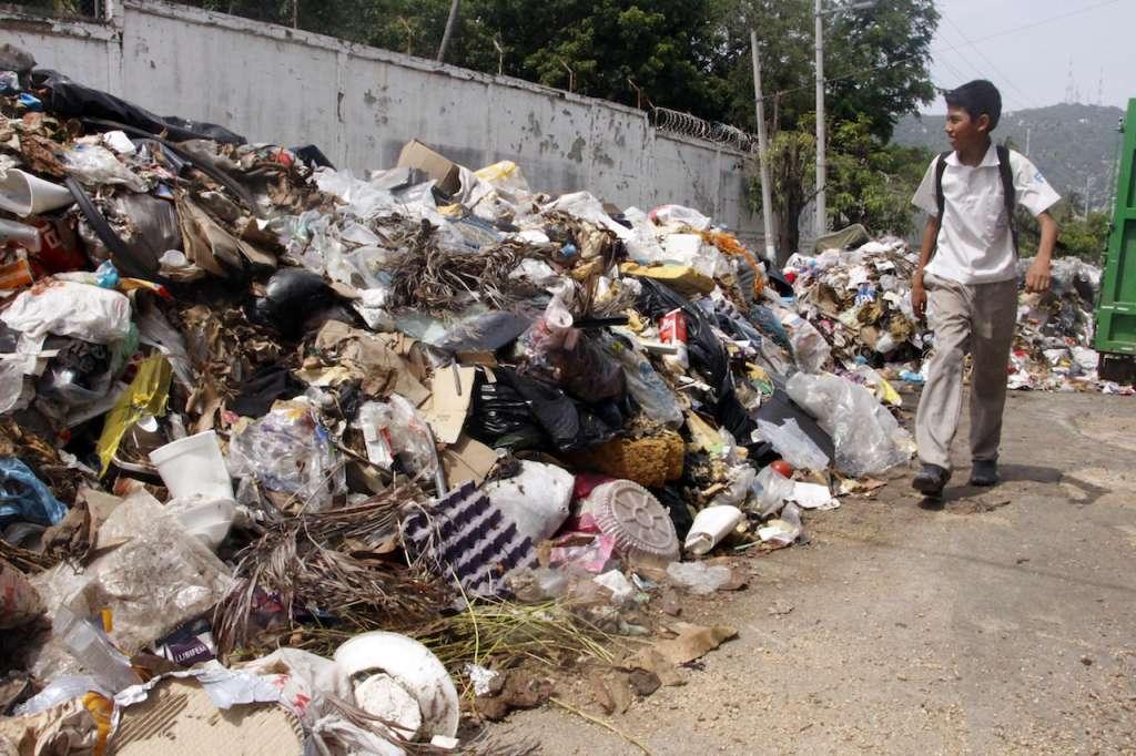 La crisis de basura se agudizo desde hace unas semanas en que choferes de camiones recolectores de basura dejaron de trabajar por falta de diesel para los camiones. FOTO: CARLOS CARBAJAL /CUARTOSCURO.COM