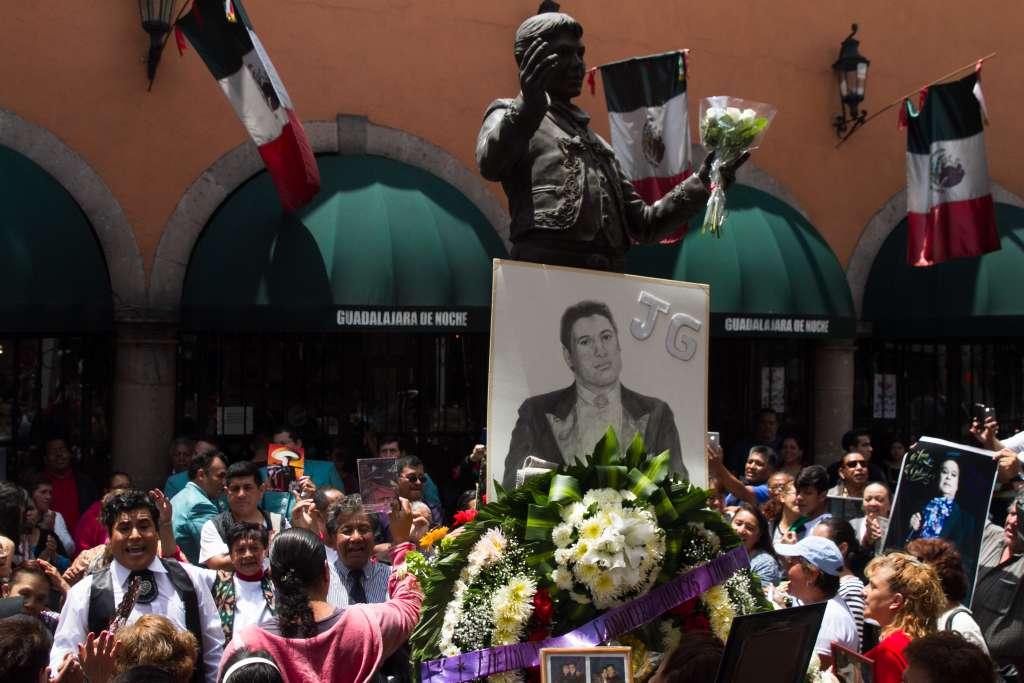 Seguidores del desaparecido cantante Juan Gabriel se dieron cita en su estatua en la Plaza Garibaldi, para conmemorar su segundo aniversario luctuoso (Foto: Cuartoscuro)
