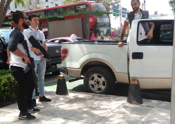 Los peatones pensaron que se trataba de un hecho real. FOTO: ESPECIAL