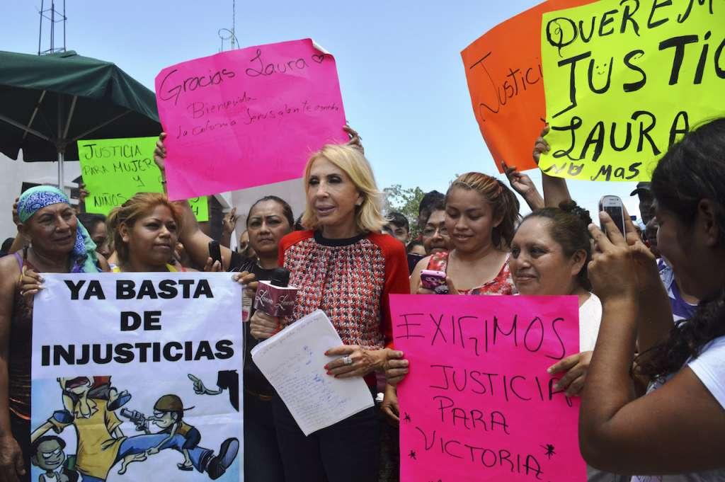 La conductora de reality shows Laura Bozzo, en una imagen en Cancún para entrevistarse con dos madres de familia. FOTO: ELIZABETH RUIZ /CUARTOSCURO.COM