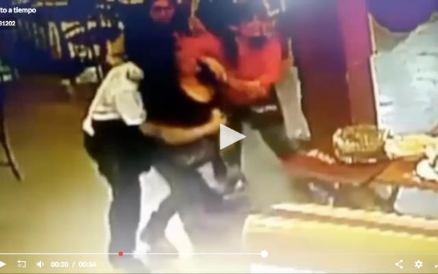 El empleado, de origen venezolano, brindo auxilio a la comensal que se ahogaba con un trozo de carne
