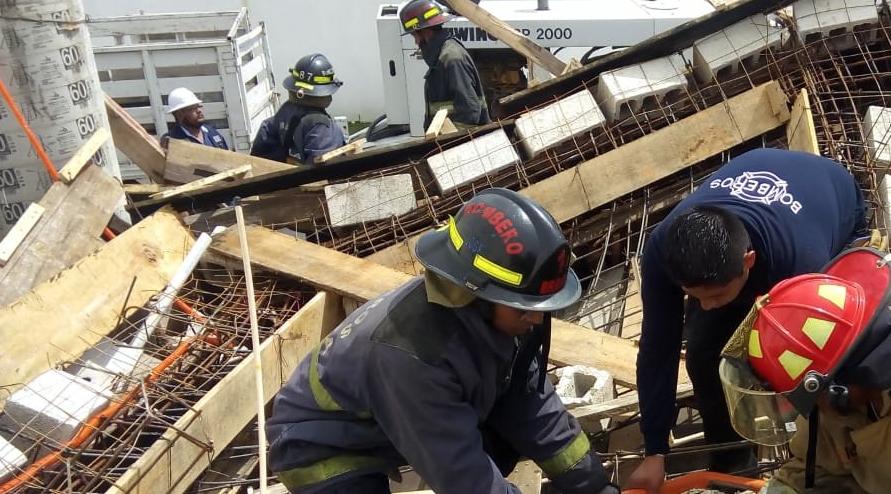 Bomberos trabajan en el rescate de personas atrapadas en un derrumbe de obra en San Antonio Cacalotepec. Foto: @SSP_Puebla
