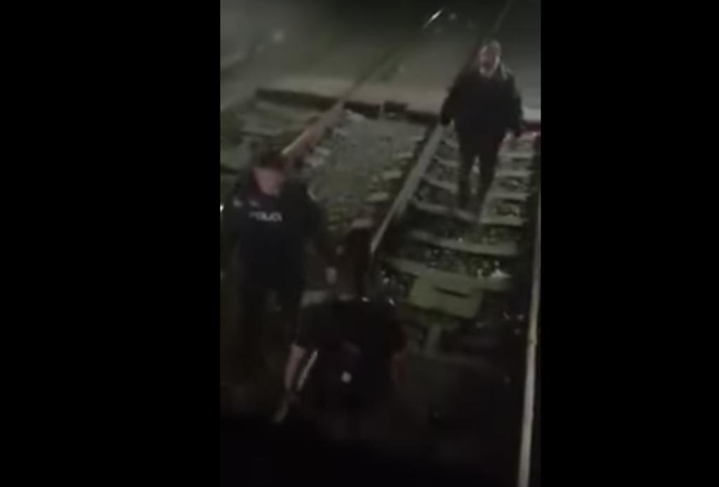 El video fue difundido en redes sociales y según usuarios, se especula que el hombre habría hurtado el teléfono celular a otro usuario
