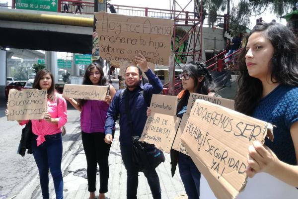 Concentrados sobre Periférico Norte, a la altura de Echegaray, los estudiantes pidieron que se ponga fin a la ola de inseguridad que vive la comunidad universitaria en este municipio. FOTO: ESPECIAL
