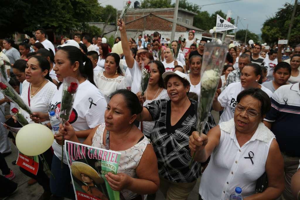 En la casa natal de Alberto Aguilera Valadez, los lugareños dejaron ramos de flores y veladoras (Foto: Archivo/Cuartoscuro)