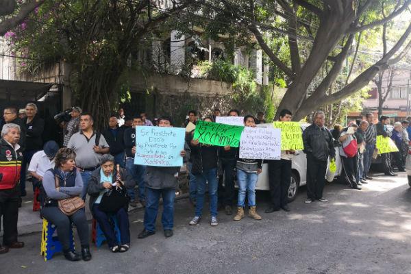 También un grupo de manifestantes gritaron consignas en contra de las corridas de toros. FOTO: ESPECIAL