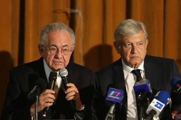López Obrador anunció que el equipo de transición realizará una consulta ciudadana para decidir si continuan o paran la construcción del nuevo aeropuerto de la Ciudad de México