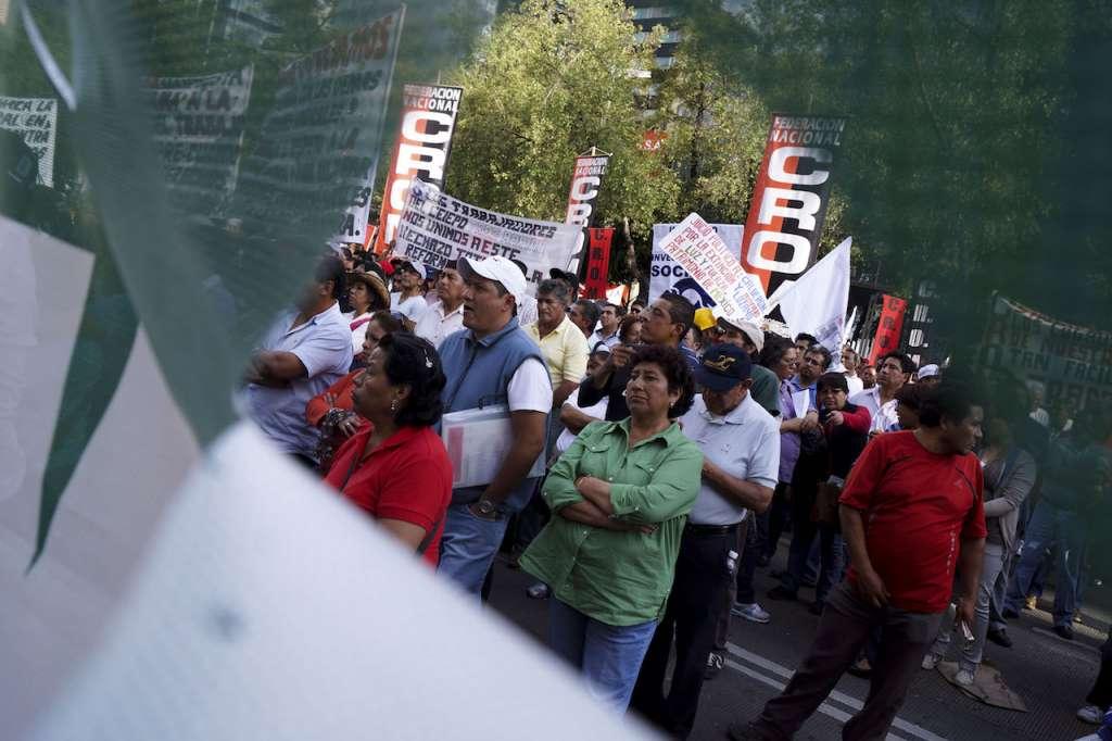 Diferentes Sindicatos, entre ellos, STUNAM, SME, la CROC, CNTE, UNT, entre otros; realizaron un mitin a las afueras del Senado de la República. Foto Archivo: Cuartoscuro.com